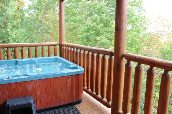 The hot tub at Bella Yani - Cabin Fever Vacations