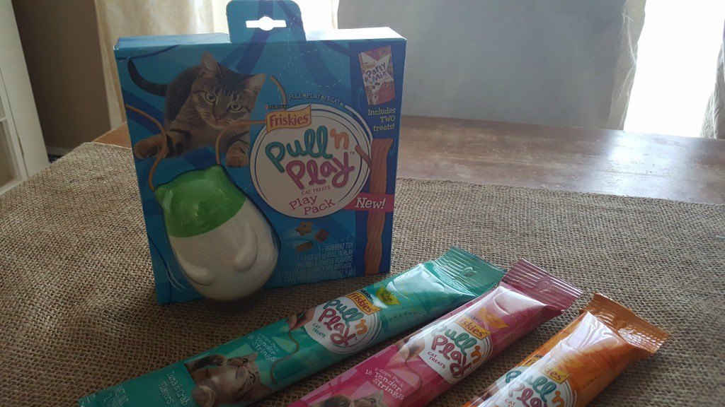 Pull N Play cat treats play pack