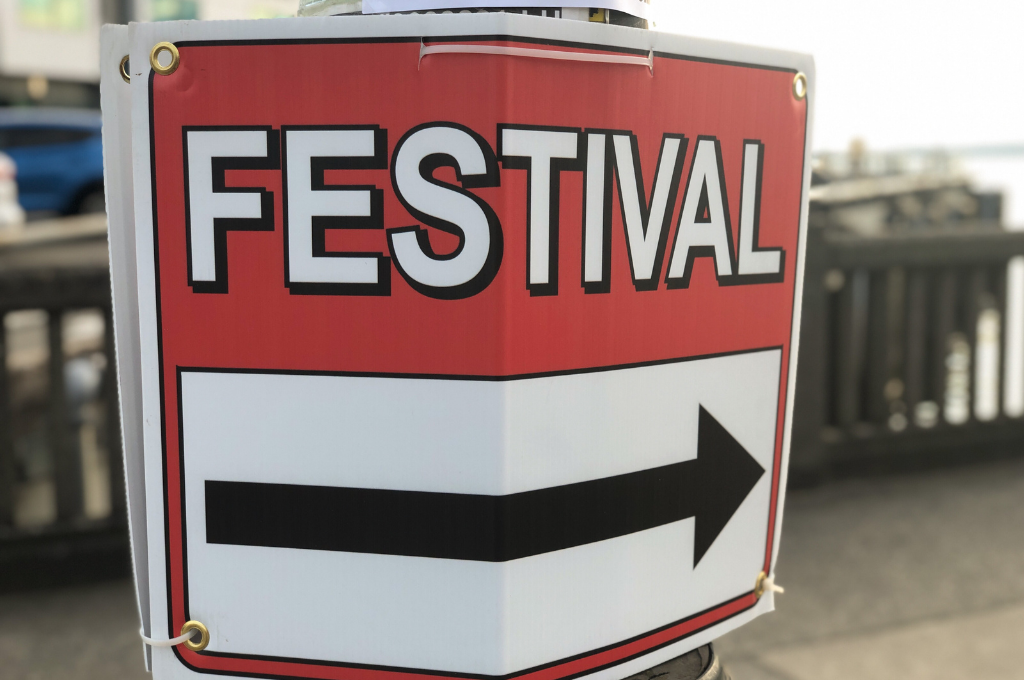 A sign that says Festival